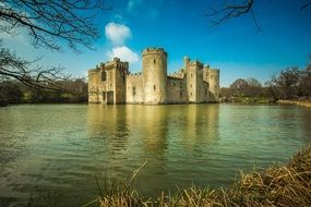 bodiam castle lake monument