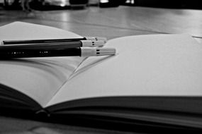 notebook and pens monohrom foto