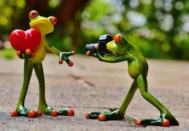 romantic statuettes of two frogs with a camera and heart