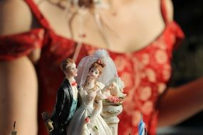 dolls of the bride and groom on the wedding cake