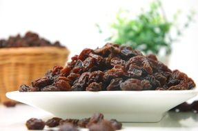 dried raisins in a white plate