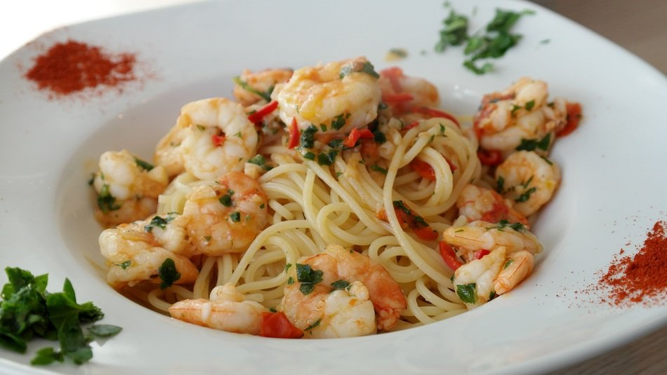 spaghetti pasta with seafoods garlic and parsley