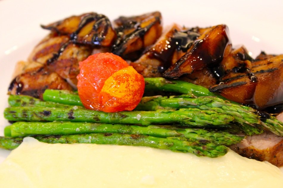 asparagus and grilled meat