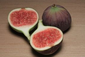 ripe figs and two halves