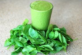 geen smoothie with a lot of spinach leafs