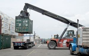 Loading container with transport