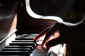 piano hand playing