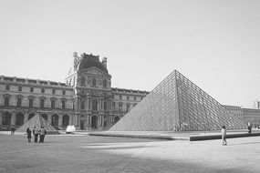 picture of louvre in black and white