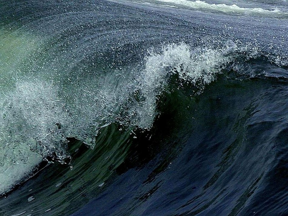 extraordinarily beautiful ocean waves