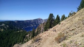 scenic crater lake in oregon
