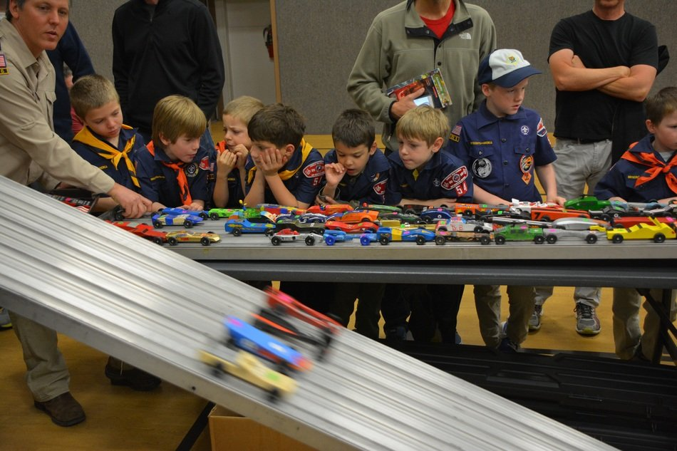 pinewood derby boy scouts playing small cars