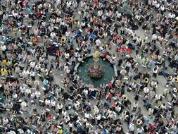 Top view of a crowd of people at the fountain