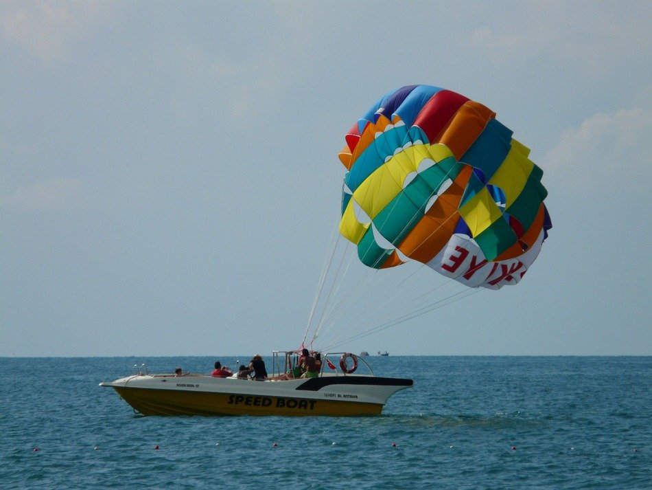 Controlled parachute from a boat on the sea