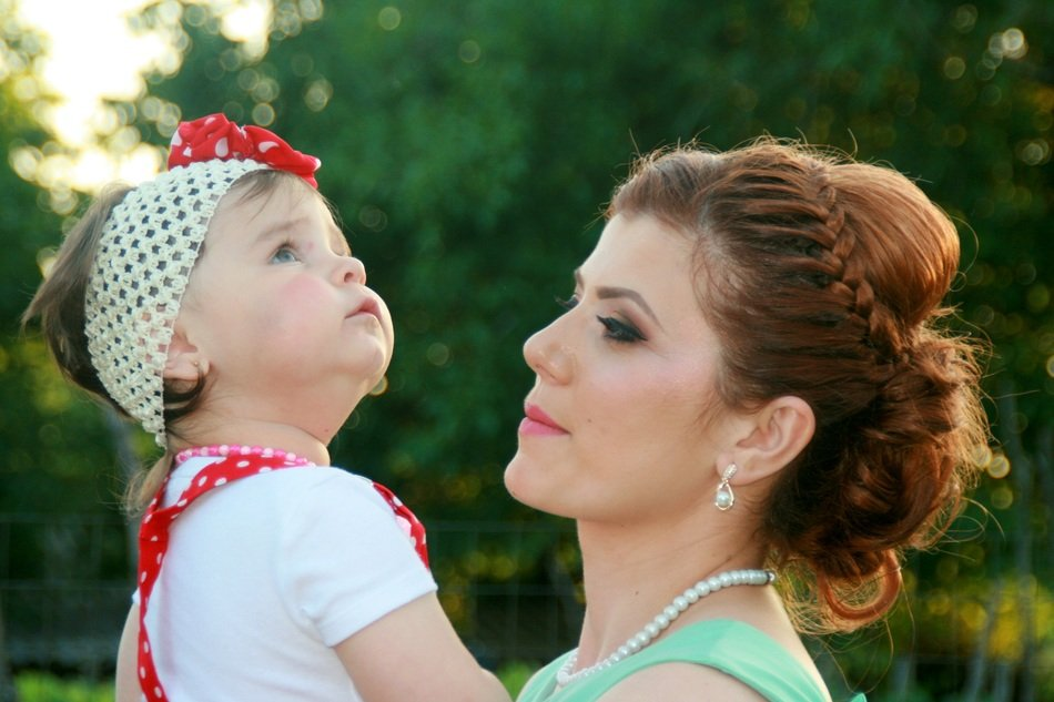 photo shoot of mom and daughter in nature