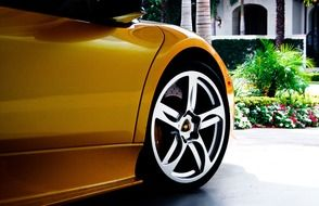 wheel of yellow lamborghini