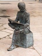 statue of a reading man