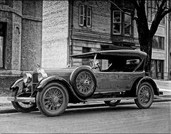 photo of an old car of 1923