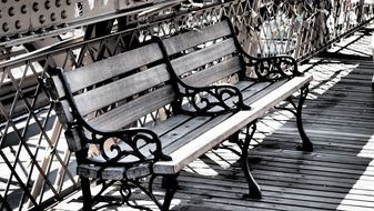 benches at brooklyn bridge
