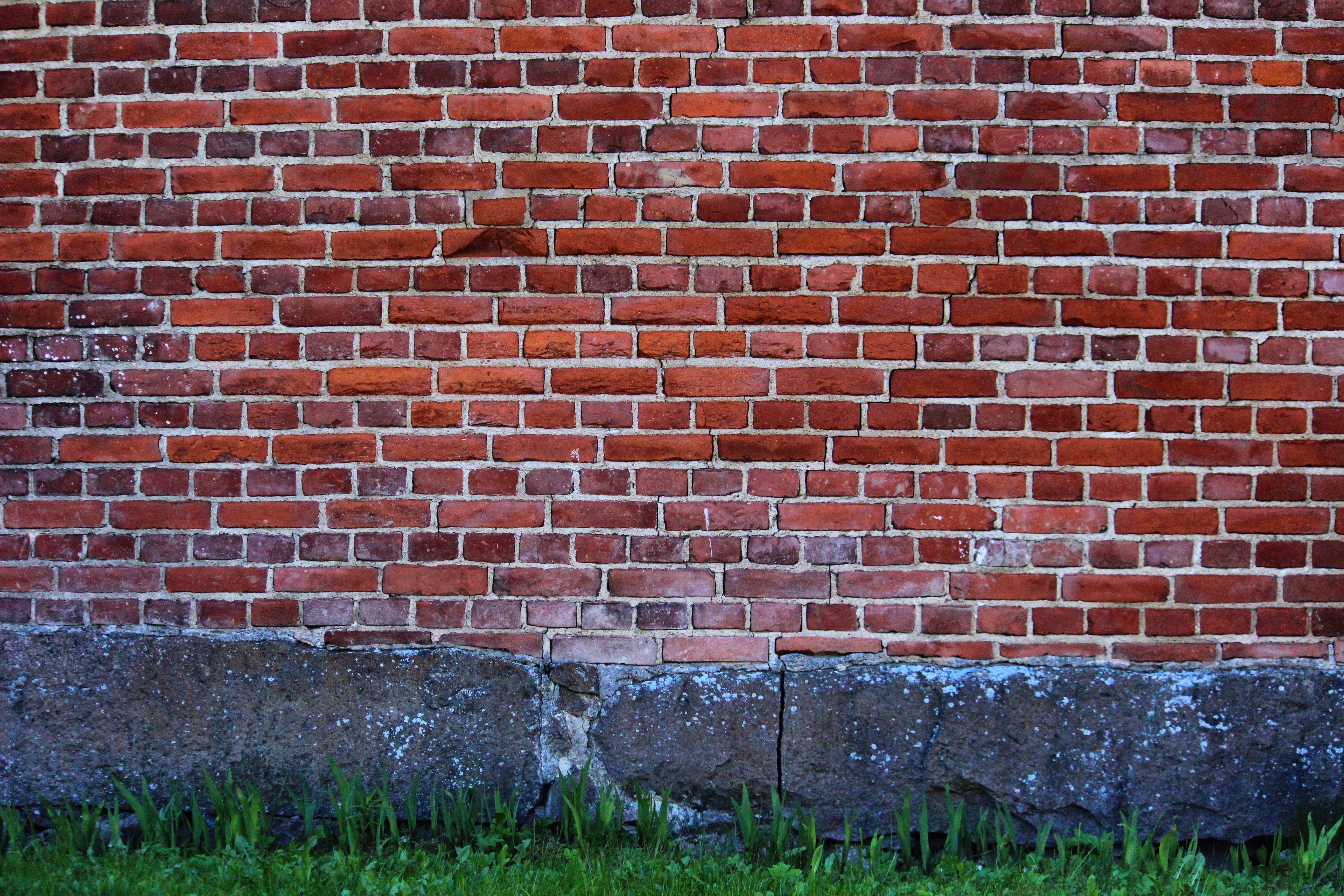 стенка из кирпича