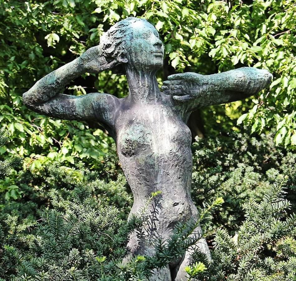 The sculpture in the form of a naked woman in the park