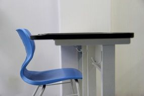 blue chair and desk in a classroom