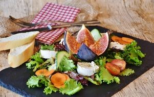mix salad with figs
