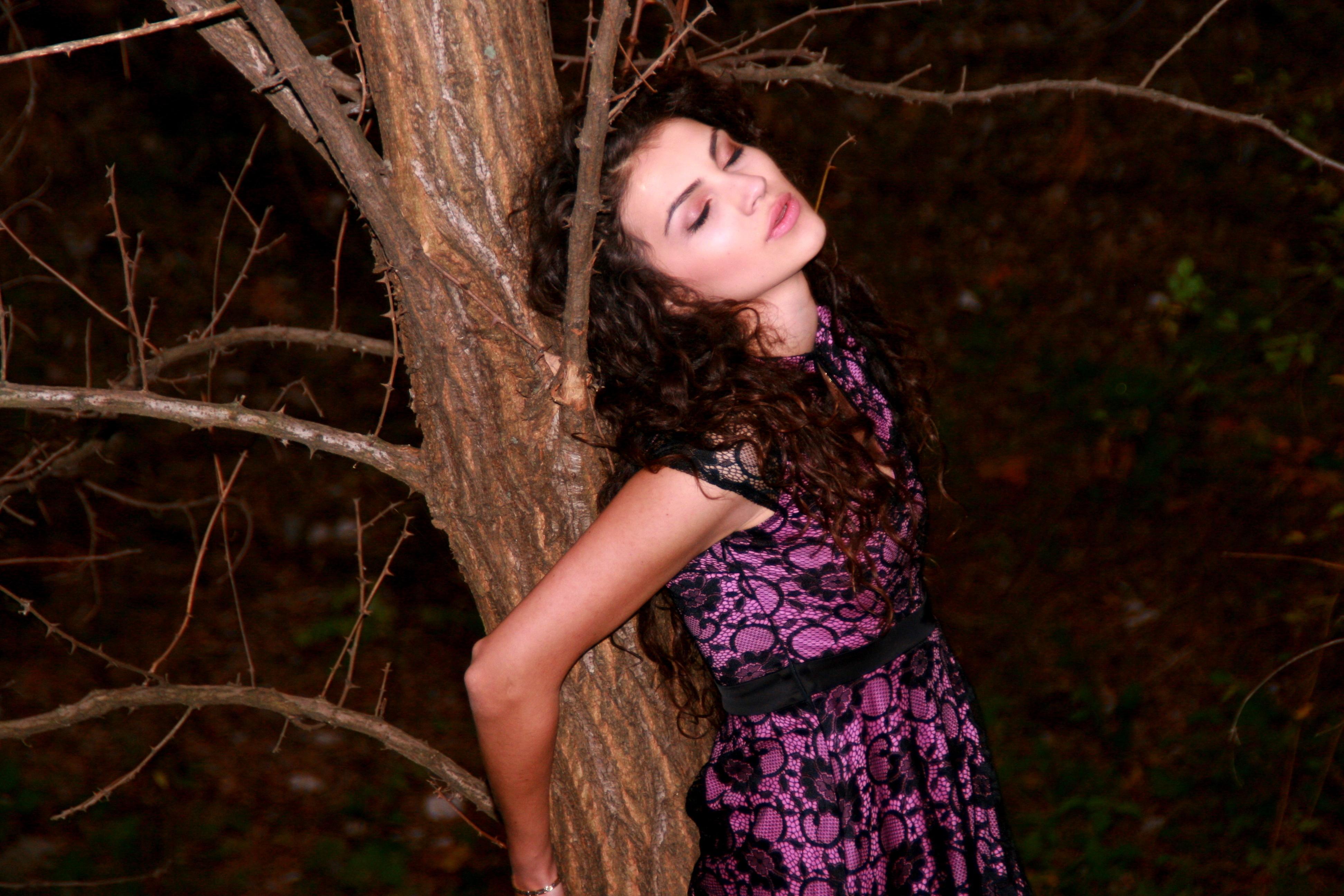 Фото связанной девушки к дереву #9