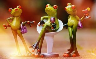 chill time for funny frogs figurine