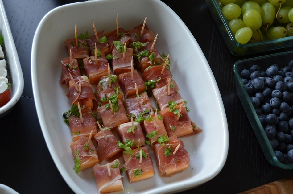 canapé with melon and ham