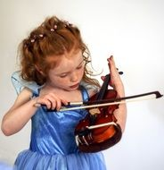 the child plays the violin