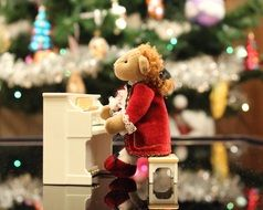 Teddy bear is playing piano
