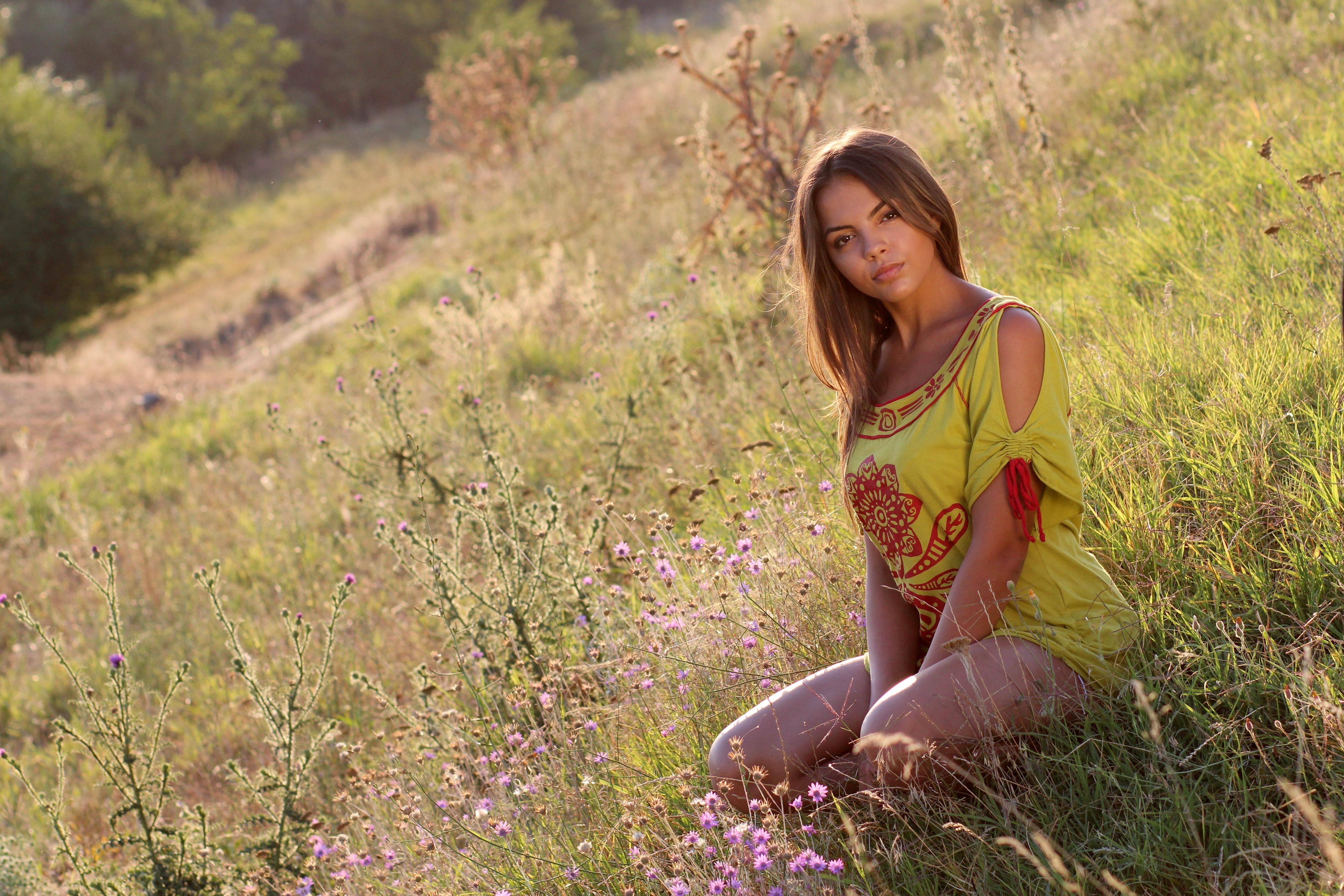 шикарные сельские девушки на природе фото снимает