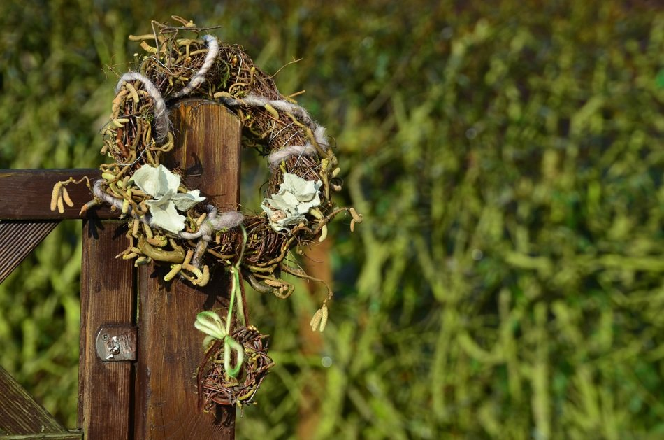 dry wreath on a wooden fence