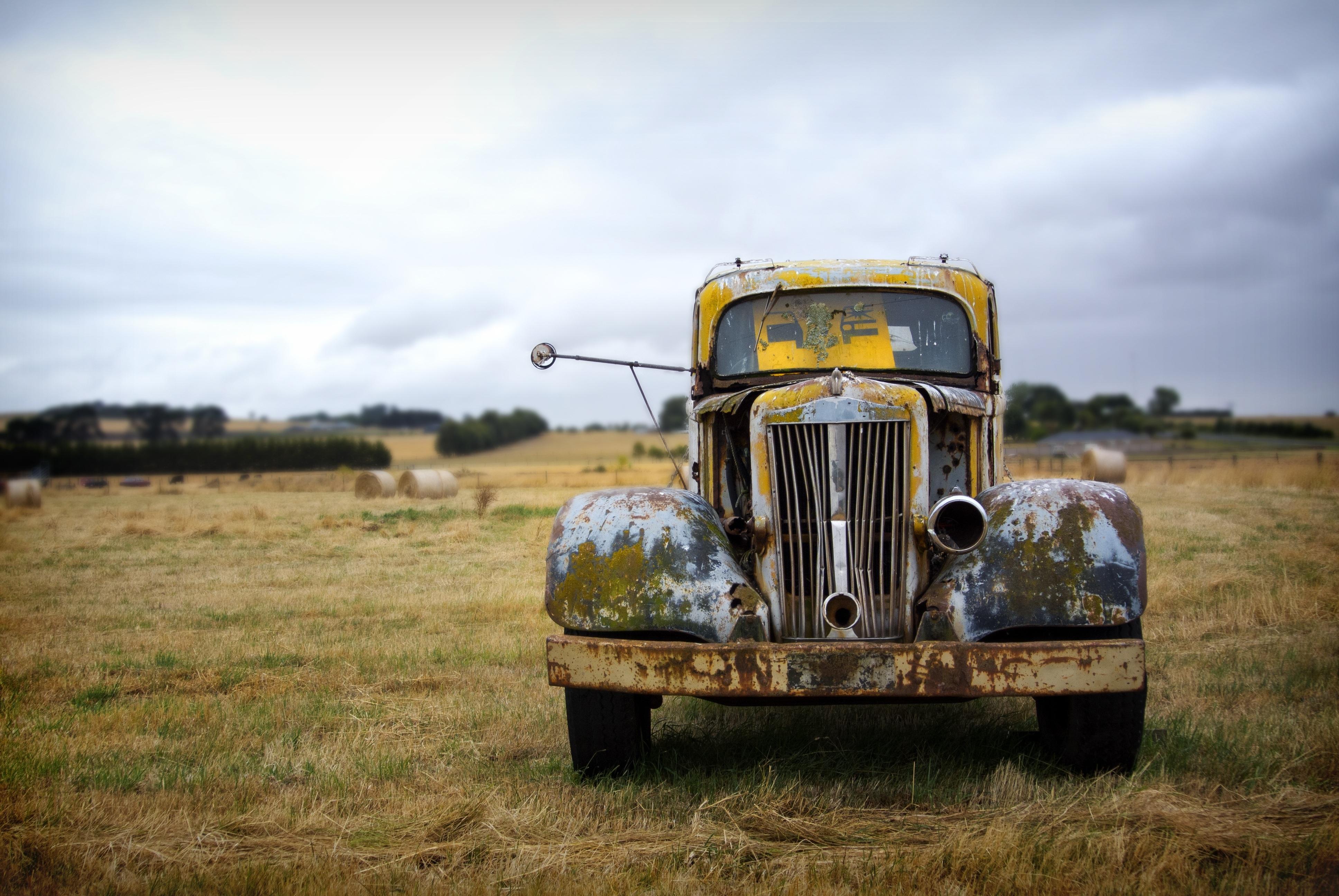 Старый автомобиль в поле  № 2341266 без смс