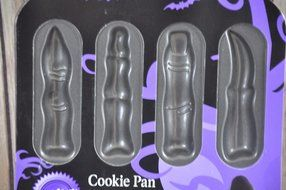 Wilton Halloween Creepy Monster Witch Skeleton Finger 8 Cavity Cookie Candy Pan N2