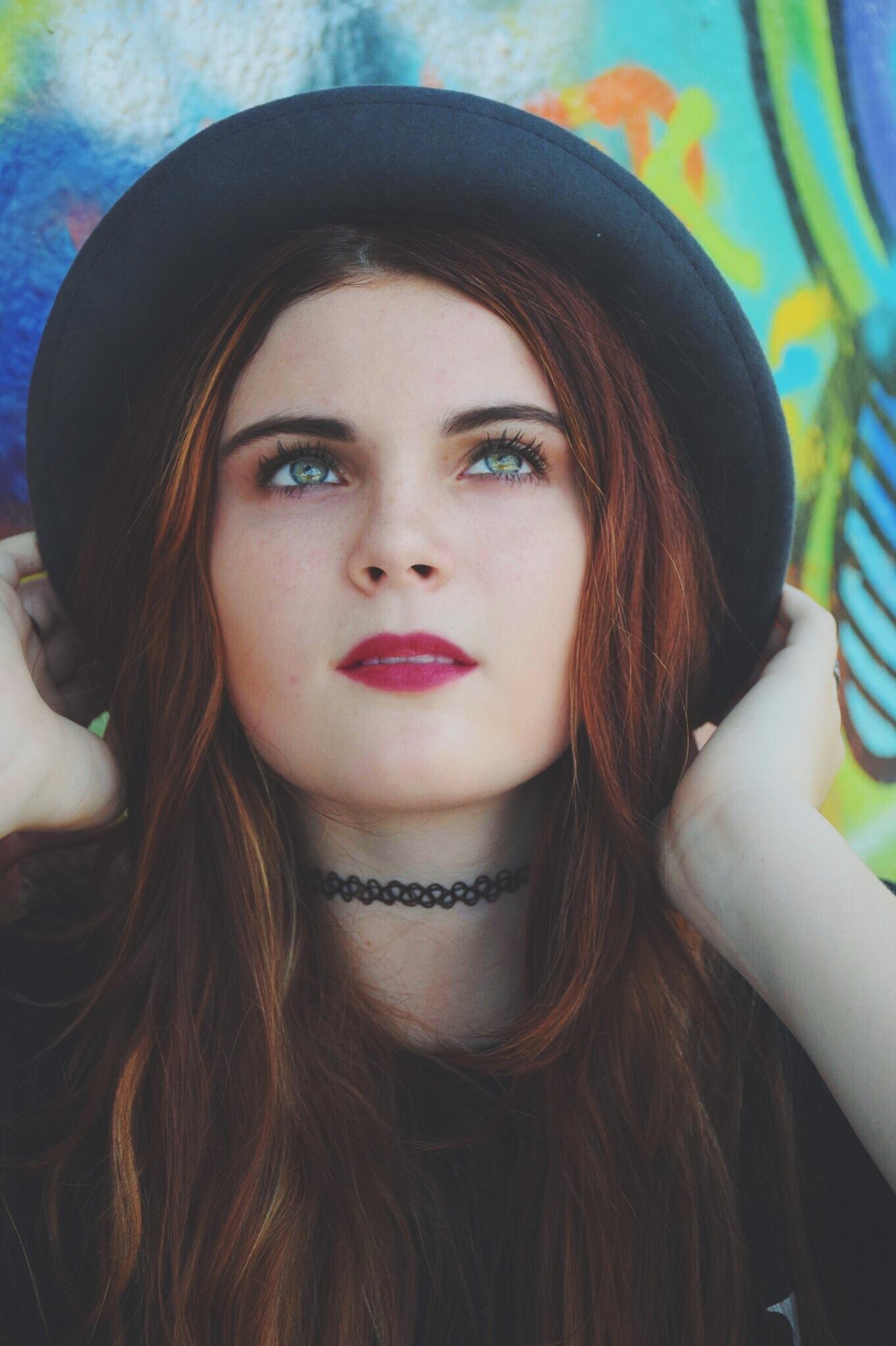 Resultado de imagen de chicas con sombreros hipster