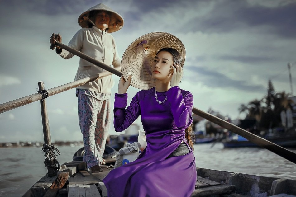 lady boat woman in purple fashion style
