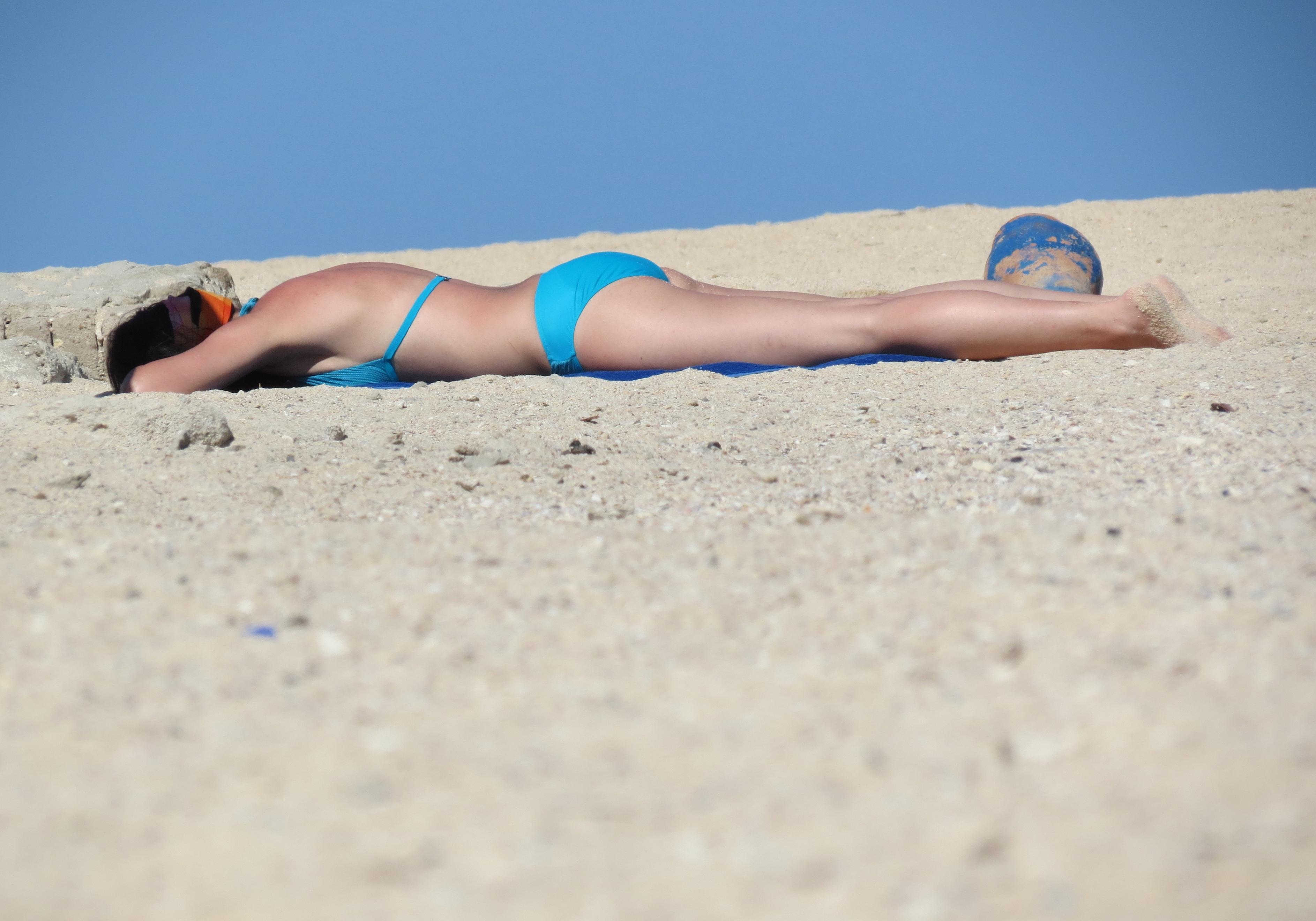Sunbathing bikini girls pictures — photo 9