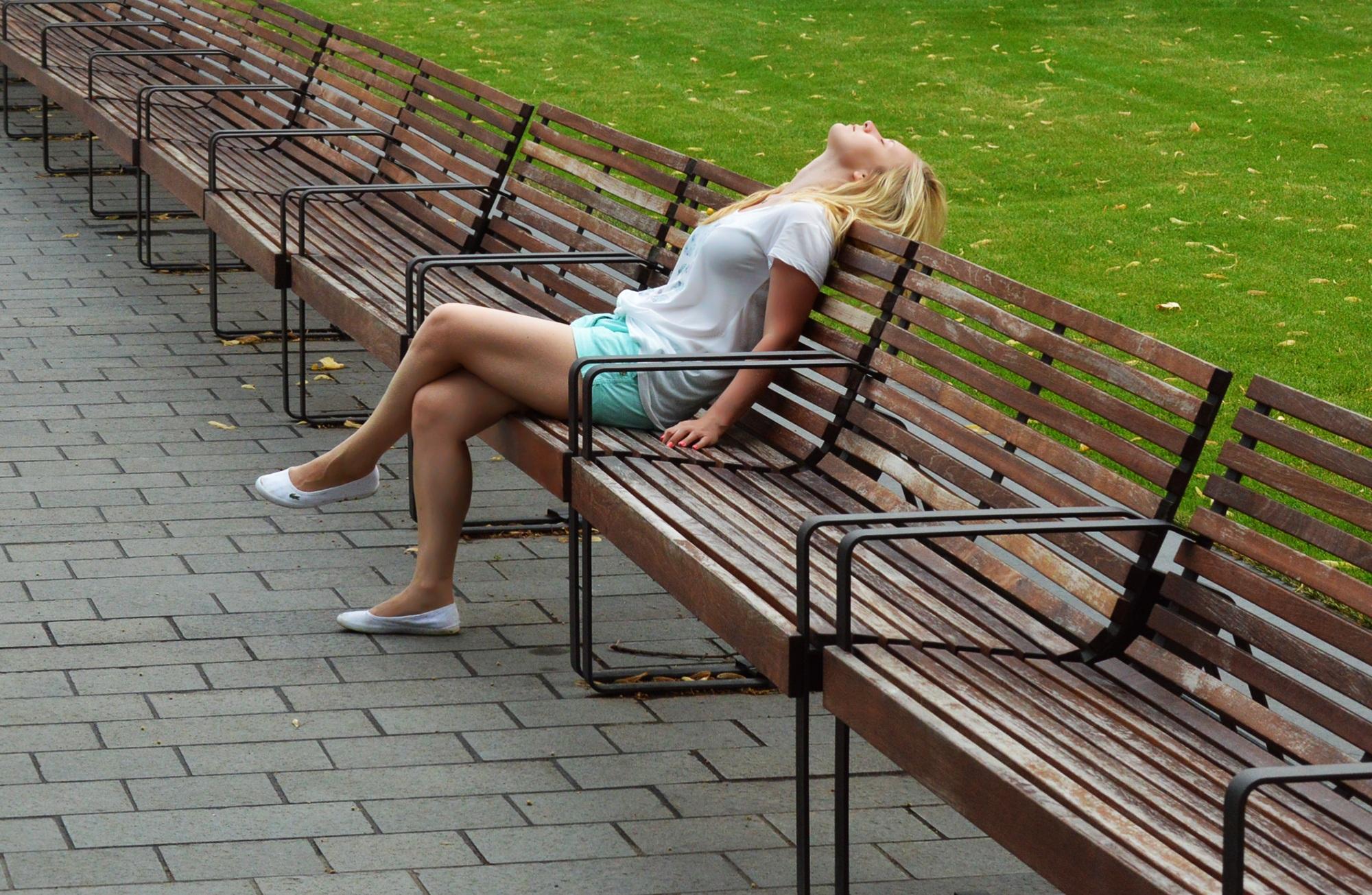 девушка на скамейке светит ножками - 13