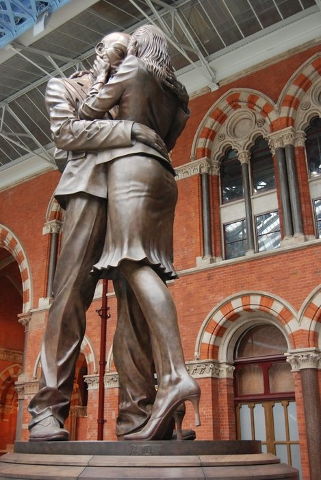 statue of a couple in love at london train station