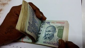 cash counting in indian hundred rupees