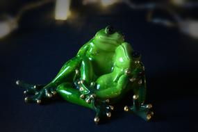 two ceramic frogs in love