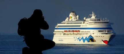 photographer takes pictures of the ferry
