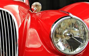 head light of red Oldtimer Jaguar car