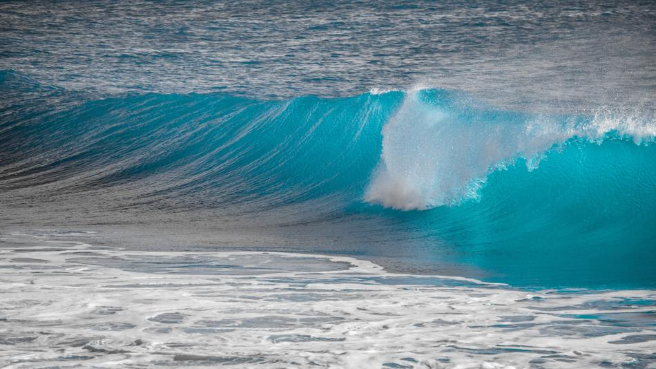waves and splashes of the turquoise ocean