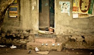 The poverty of the People sleeping in ruins